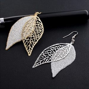 Leaf 🍂 earrings sparkle in gold or silver